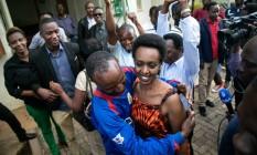 Alívio temporário. Diane Rwigara, crítica do presidente de Ruanda, na saída do julgamento que a absolveu em 6 de dezembro de 2018: ela foi presa depois das eleições de 2017, e procuradores dizem que apelarão da decisão da Suprema Corte Foto: CYRIL NDEGEYA / AFP