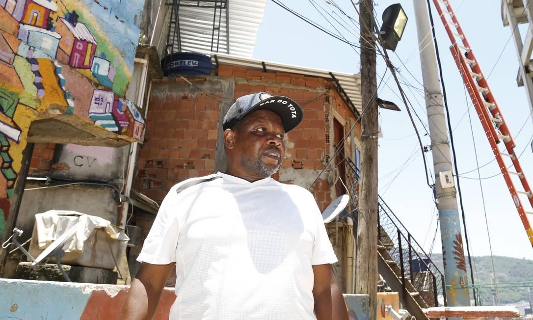Presidente da Associação de Moradores, José Mario Hilário dos Santos, disse que a favela sofre com a indiferença Foto: Agência O Globo / Marcos Ramos