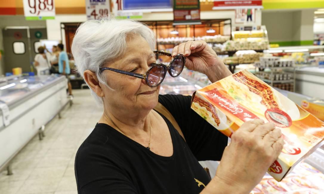 Problemas no mercado. Maria de Lourdes Andrade, de 79 anos, tem dificuldade em ler as informações nas embalagens: problema apontado por 45% dos entrevistados Foto: / Marcos Ramos