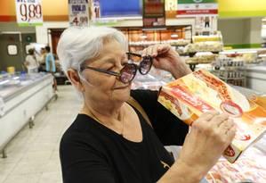 Problemas no mercado. Maria de Lourdes Andrade, de 79 anos, tem dificuldade em ler as informações nas embalagens: problema apontado por 45% dos entrevistados Foto: Marcos Ramos