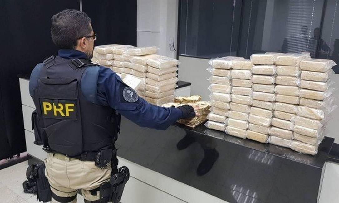 Agentes da Polícia Rodoviária Federal (PRF) apreenderam 100 quilos de cocaína e R$ 200 mil durante uma abordagem a veículos na rodovia Presidente Dutra (BR-116), em Seropédica, Região Metropolitana do Rio Foto: Divulgação