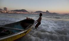 Livro aponta 101 lugares para estrangeiros conhecerem no Rio de Janeiro. Entre eles, o Posto Seis, em Copacabana, de manhã cedo, quando os pequenos barcos pesqueiros chegam Foto: Márcia Foletto / Agência O Globo