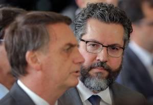O futuro ministro das Relações Exteriores, Ernesto Araújo, ao lado do presidente eleito, Jair Bolsonaro Foto: SERGIO LIMA / AFP/14-11-2018
