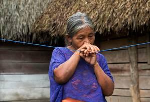 Avó da menina, Elvira Choc, de 59 anos, chora ao se lembrar da neta Foto: Josue Decavele / REUTERS