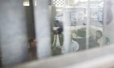 João de Deus presta depoimento na Delegacia de Investigações Criminais (Deic), em Goiânia, ao lado de seus advogados Foto: Daniel Marenco / Agência O Globo