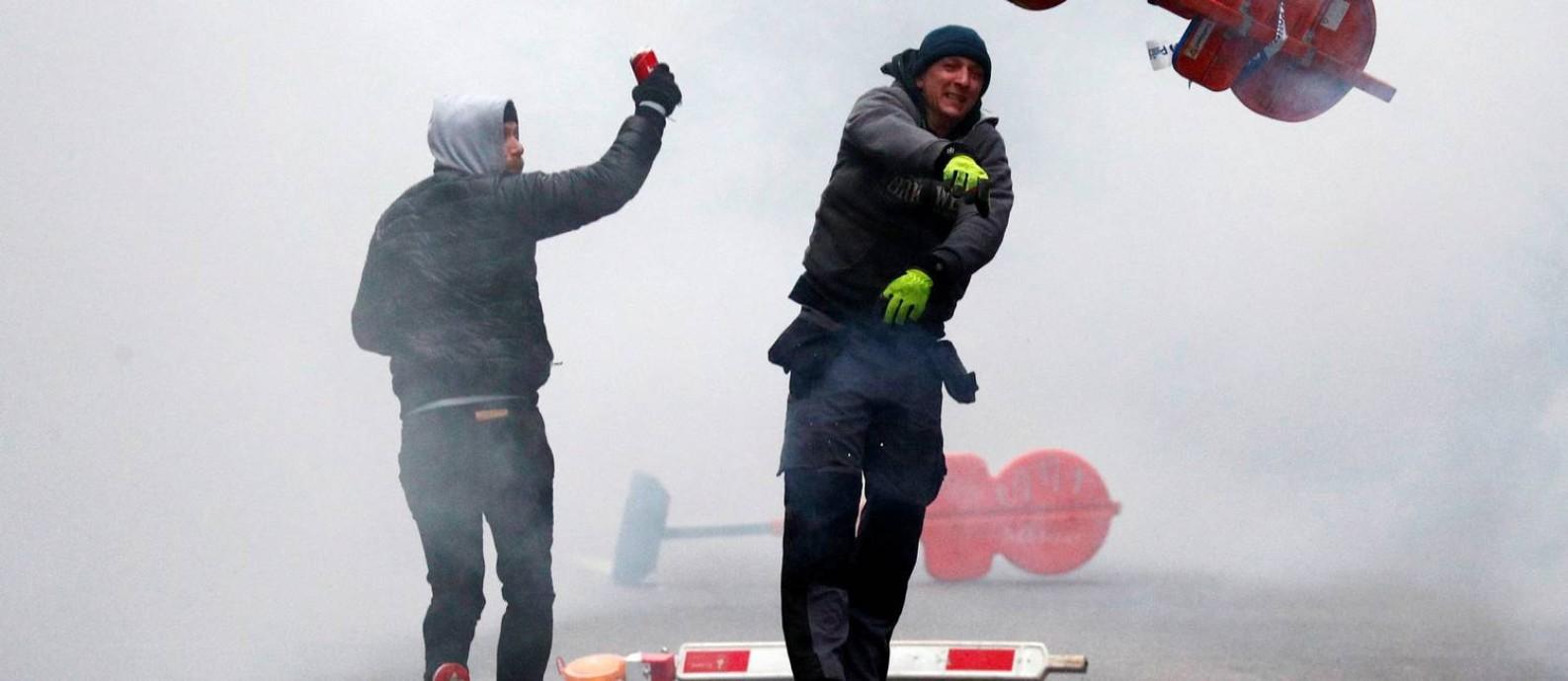 Manifestantes de extrema direita protestam contra pacto global firmado por países para migração mais segura e ordenada Foto: FRANCOIS LENOIR / REUTERS