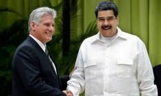 Presidente cubando Miguel Díaz-Canel e Nicolás Maduro, presidente da Venezuela, se cumprimentam durante convenção em Havana na sexta-feira: líderes não virão para posse de Jair Bolsonaro, que rejeitou presença Foto: ERNESTO MASTRASCUSA / AFP