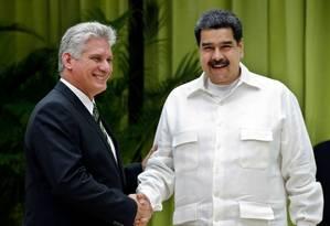 Os dirigentes Miguel Díaz-Canel, de Cuba, e Nicolás Maduro, da Venezuela, se cumprimentam em reunião em Havana na última sexta: ambos não virão para posse de Bolsonaro, que rejeitou presença depois de autorizar Itamaraty a convidá-los Foto: ERNESTO MASTRASCUSA / AFP