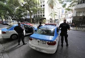 Policiamento ostensivo em uma das ruas do Leme Foto: Pablo Jacob / Agência O Globo