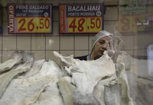 Técnica da Vigilância Sanitária Municipal do Rio faz inspeção em banca de bacalhau Foto: Custódio Coimbra/07-12-2018