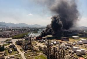 Incêndio atingiu refinaria de Manguinhos Foto: Brenno Carvalho / Agência O Globo