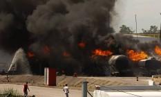 Nove caminhões-tanque foram queimados durante incêndio em Manguinhos Foto: Pablo Jacob / Agência O Globo