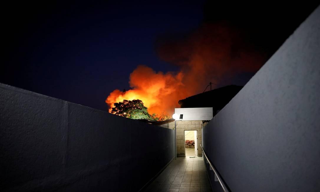 Incêndio após um míssil palestino atingir a cidade israelense de Sderot, perto da fronteira com Gaza (12/11/2018) Foto: AMIR COHEN / REUTERS