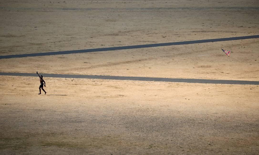 Homem solta pipa em Greenwich Park, Londres, Reino Unido (25/7/2018) HANNAH MCKAY / REUTERS