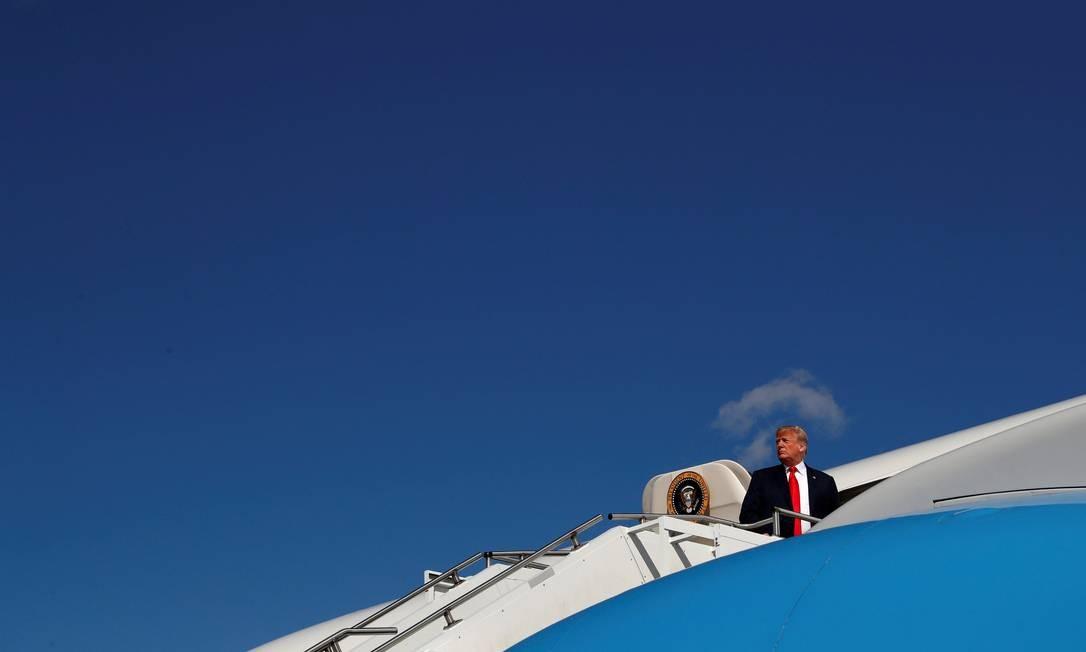 O presidente dos Estados Unidos, Donald Trump, embarca no Air Force One, o avião oficial da presidência americana (4/8/2018) Foto: LEAH MILLIS / REUTERS