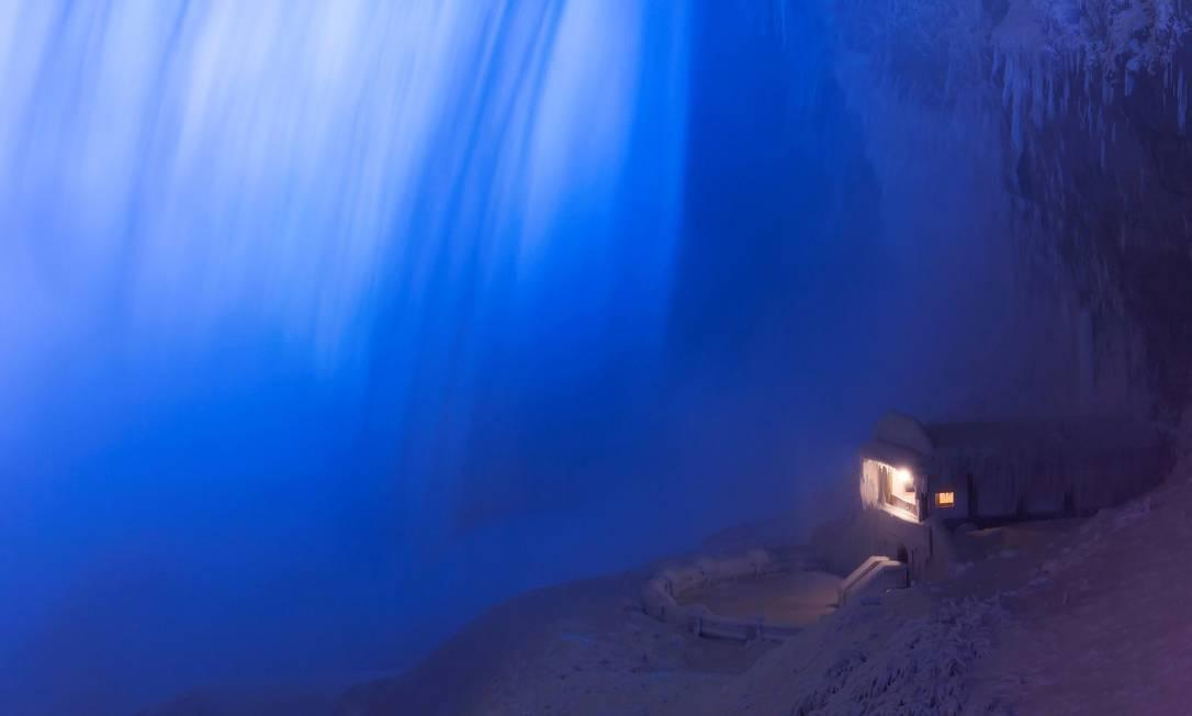 Construção coberta de gelo na base das Cataratas Canadenses (Horseshoe Falls), em Niagara Falls, Ontario, Canada (2/1/2018) Foto: AARON LYNETT / REUTERS