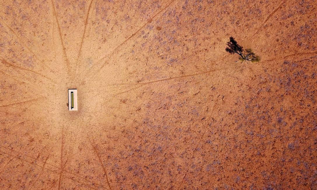 Tanque de água em pasto seco em Walgett, New South Wales, na Australia (20/7/2018) Foto: DAVID GRAY / REUTERS