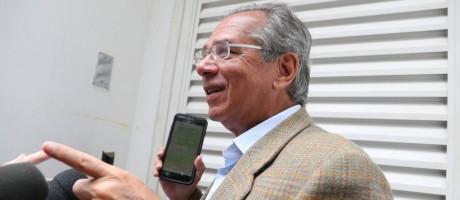 """Aconselhado antes de ir pra Brasília, Paulo Guedes colocou uma película protetora no celular para evitar """"espionagem"""" Foto: Márcia Foletto / Agência O Globo"""