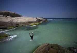 No Arpoador, mar calmo e água clara Foto: Márcia Foletto / Agência O Globo