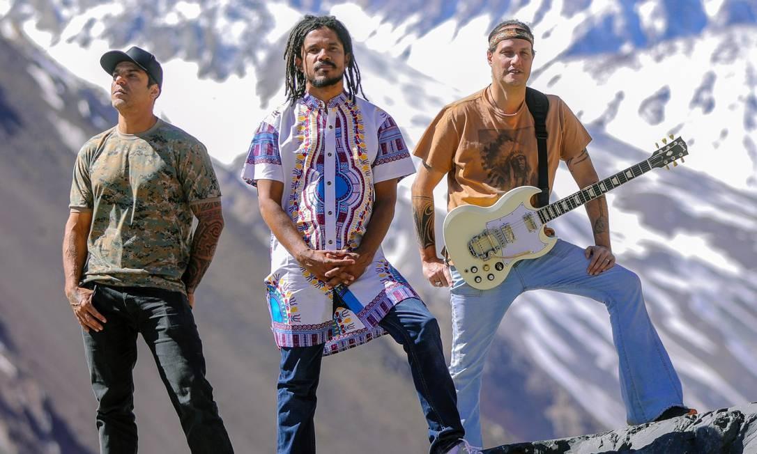 Natiruts posa na Represa El Yeso, no Chile; músicos são sócios em produtora que traz atrações internacionais Foto: Divulgação/Carlos Müller