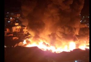 Incêndio na Rua Inácio Guimarães, Educandos, próximo da Bemol. Foto: Reprodução