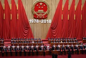 """Celebridades e empresários homenageaods por contribuírem para o desenvolvimento da China mostram seus certificados durante uma celebração pelo 40º aniversário da política de """"reforma e abertura"""" da China Foto: WANG ZHAO / AFP"""