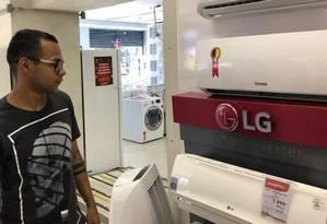 O atendente de lanchonete Pedro Silva decidiu comprar um aparelho de ar-condicionado após o intenso calor do fim de semana Foto: Letycia Cardoso