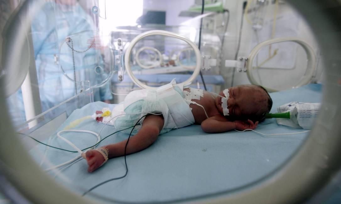 Bebê prematuro repusa em hospital de Argel: pesquisa afirma que carícias podem ajudar recém-nascidos a sentir menos dor em procedimentos médicos Foto: Zohra Bensemra / Reuters