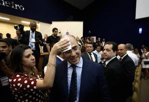 Helena, mulher do governador eleito, enxuga o suor da testa de Wilson Witzel, na cerimônia de diplomação Foto: Pablo Jacob / Agência O Globo