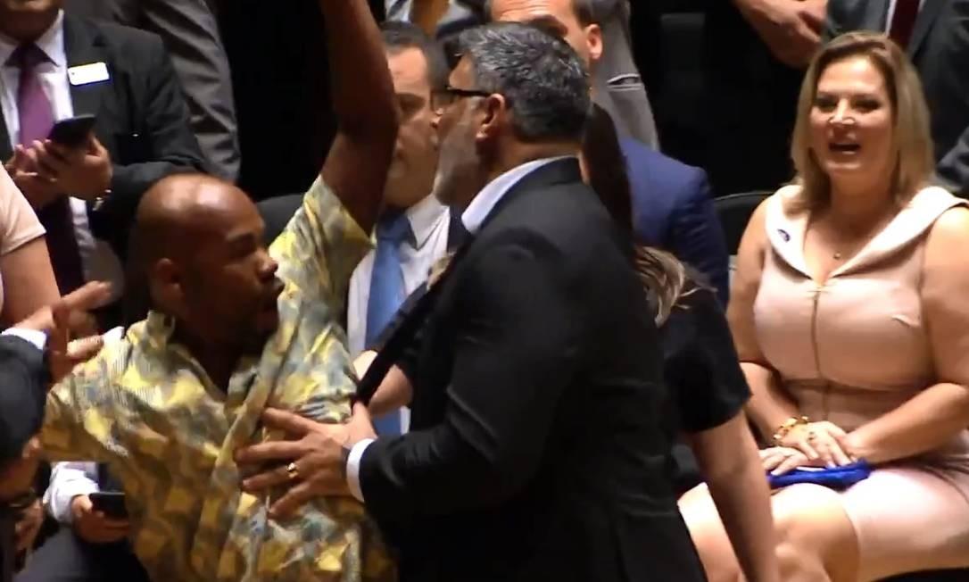 O deputado federal eleito Alexandre Frota (PSL-SP) dá um empurrão no ativista do movimento negro Jesus dos Santos (PSOL-SP), eleito para um mandato coletivo durante diplomação Foto: Reprodução de vídeo/G1