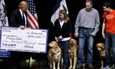 Donald Trump com cheque falso da Fundação Trump em ato de campanha em Iowa, em janeiro de 2016 Foto: Rick Wilking / REUTERS