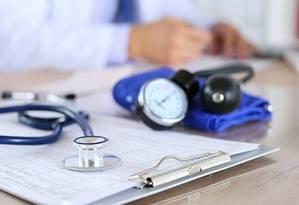 Estetoscópio e aparelho para medir a pressão: apesar de resultados que privilegiam exercícios físicos, pesquisadores não recomendam abandonar medicamentos contra hipertensão Foto: Infoglobo