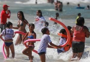 A Praia de Copacabana ficou lotada na tarde desta terça-feira Foto: Marcelo Regua / Agência O Globo