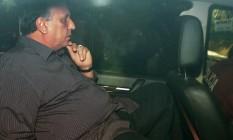 Governador Luiz Fernando Pezão dentro da viatura da Polícia Federal Foto: Márcio Alves / Agência O Globo