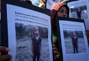 Integrantes da caravana de migrantes centro-americanos exibem cartazes com a foto de Jakelin Amei Rosmery Caal, a menina guatemalteca de 7 anos que morreu após ser detida cruzando a fronteira americana Foto: GUILLERMO ARIAS / AFP