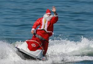Papai Noel chega ao evento na Praia de Copacabana, no Posto 6 Foto: Marcelo Regua / Agência O Globo