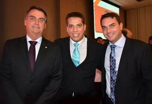 Rodrigo Amorim entre o presidente eleito, Jair Bolsonaro, e o deputado estadual Flávio Bolsonaro Foto: Reprodução Facebook