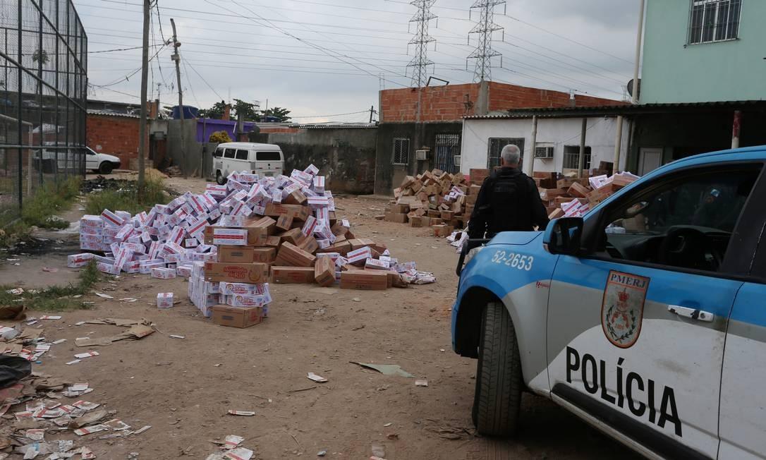 Polícia recupera parte de carga roubada Foto: Fabiano Rocha / Agência O Globo