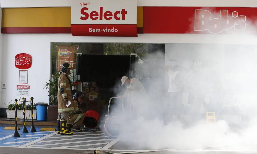 Bombeiros apagam incêndio em lanchonete de posto de gasolina na Lagoa Foto: Pablo Jacob / Agência O Globo