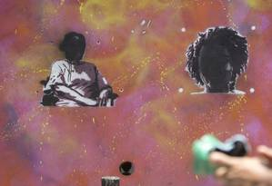 Grafites e homenagens a Marielle Franco, vereadora assassinada em março, são vandalizados. Na foto, desenho da vereadora feito pela paquistanesa Malala Yousafzai, ganhadora do Prêmio Nobel da Paz, na comunidade Tavares Bastos, no Catete, é pintado de preto na última semana Foto: Márcia Foletto / Agência O Globo