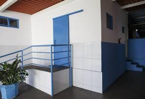 Porta de correr feita de ferro e pintada de azul dá acesso, segundo todos os relatos de vítimas obtidos pelo GLOBO, à