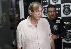 João Teixeira de Faria, o João de Deus, sendo levado para prestar depoimento após a prisão Foto: Daniel Marenco / Agência O Globo/16-12-2018