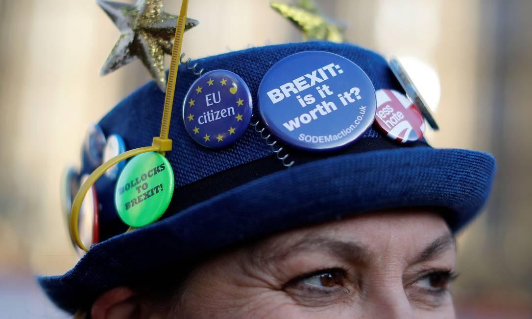 Mulher carrega bótons contra o Brexit durante manifestação em Londres Foto: TOLGA AKMEN / AFP