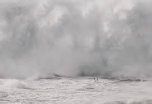 Thiago Jacaré mergulha antes de ser atingido por onda gigante em Nazaré Foto: Reprodução de vídeo