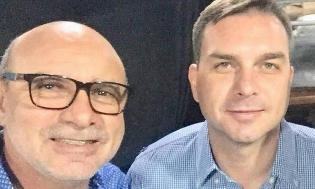 O ex-assessor Fabrício Queiroz e o senador eleito Flávio Bolsonaro Foto: Reprodução/Facebook