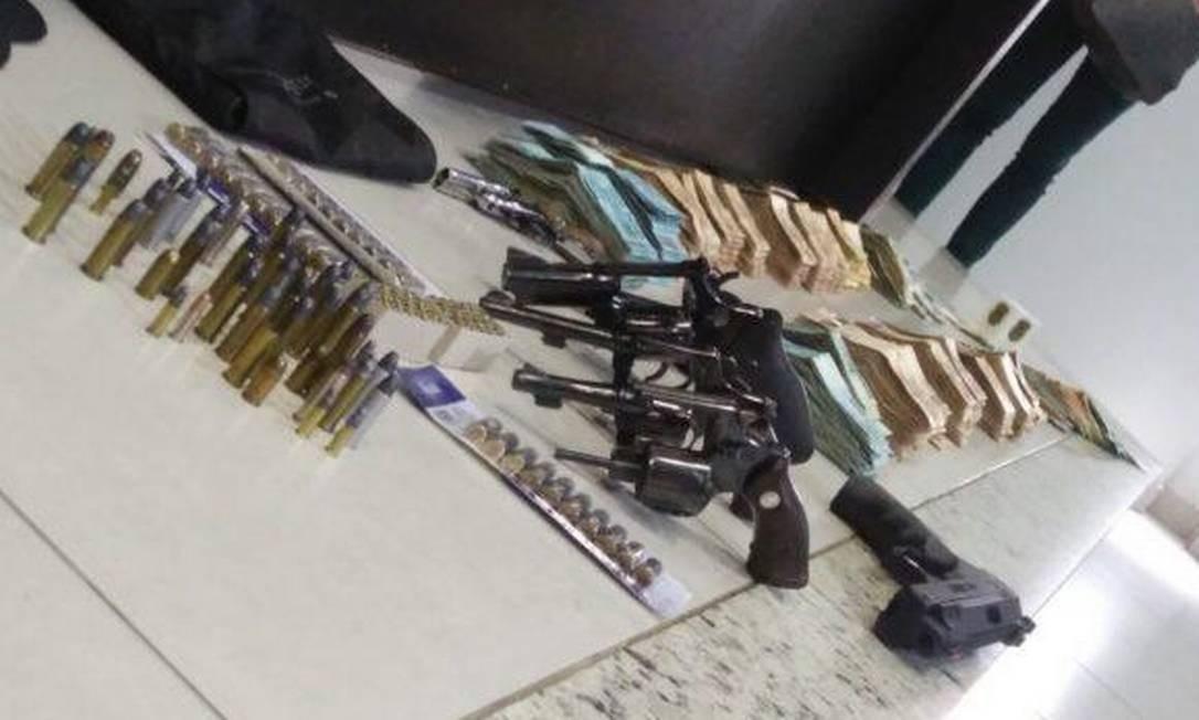 Armas apreendidas e notas de dinheiro Foto: Divulgação
