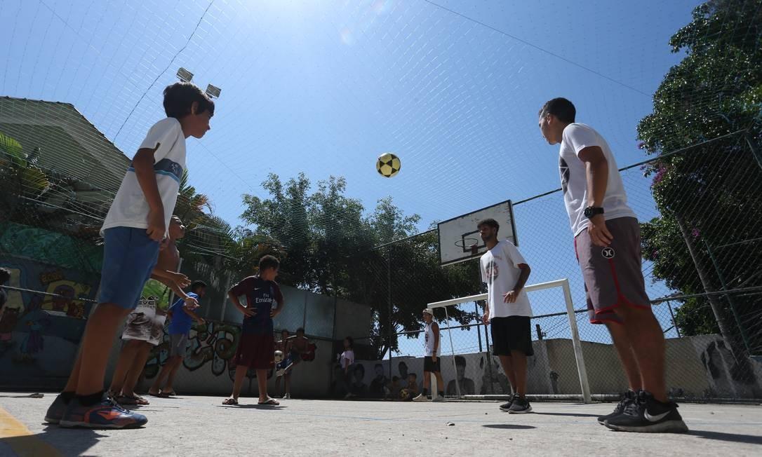 O objetivo é manter a bola no alto o maior tempo possível Foto: Pedro Teixeira / Agência O Globo