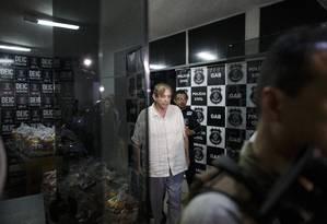 João Teixeira de Faria, o medium conhecido como João de Deus, deixa a Deic, em Goiânia Foto: Daniel Marenco / Agência O Globo