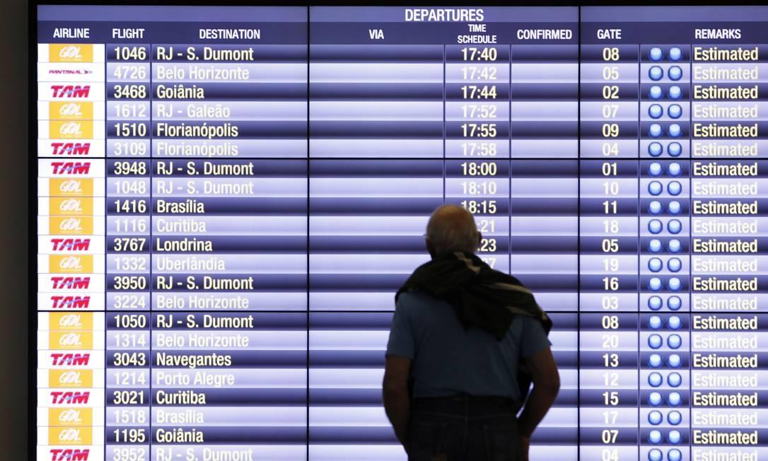 Homem observa painel de voos no aeroporto de Congonhas Foto: Michel Filho / Agência O Globo