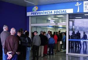 Atendimento em agência no INSS: funcionário de estatal não poderá acumular aposentadoria e salário, prevê reforma Foto: Reprodução